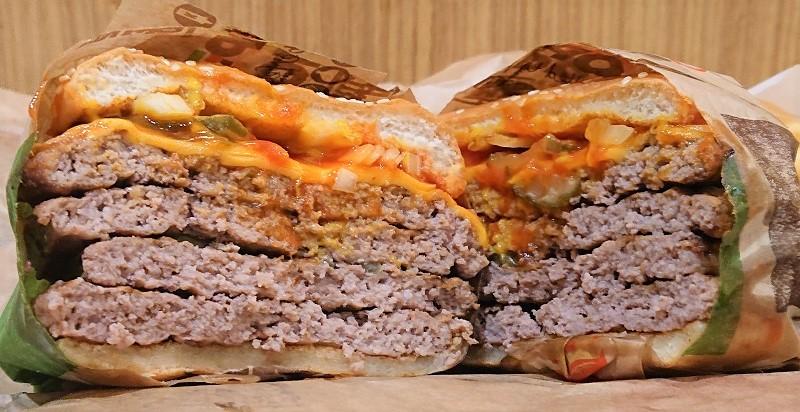 バーガーキング「超ワンパウンドビーフバーガー」の肉感が半端ない 目の前にビーフパティの壁!