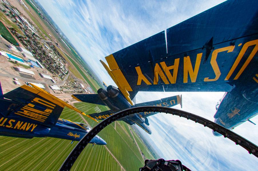 アメリカ軍曲技飛行チーム 新型コロナウイルスと戦う人々を激励する合同飛行を各地で実施