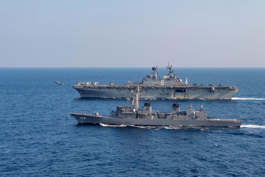 海上自衛隊護衛艦あけぼの アメリカ強襲揚陸艦アメリカと共同訓練