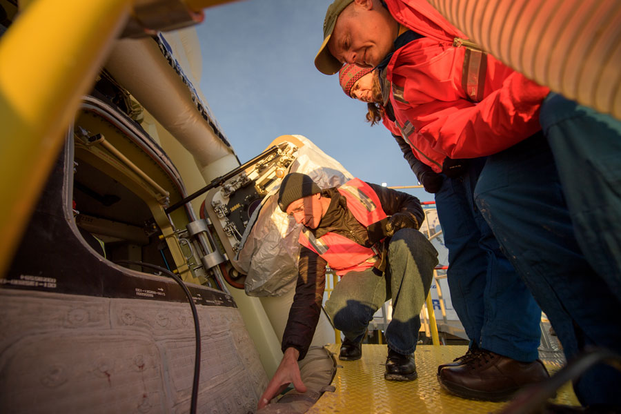 着陸したCST-100スターライナーをチェックする関係者(Image:NASA)