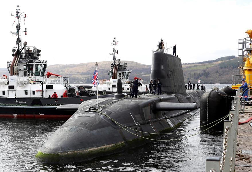 イギリス新鋭潜水艦オーディシャス メーカーから受領し母港へ到着