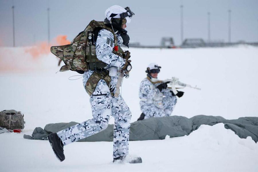 世界初!ロシア軍空挺部隊が北極圏で高度1万mからの集団降下訓練を実施