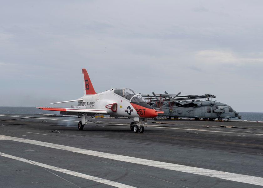 アメリカ最新空母ジェラルド・R・フォード 2000回目の着艦は学生パイロット