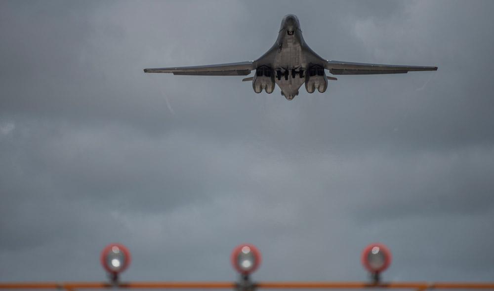 航空自衛隊の戦闘機が日本海でアメリカ空軍爆撃機と共同訓練実施