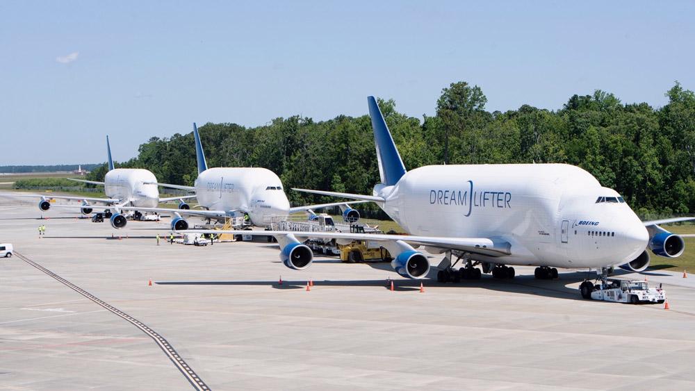 ボーイングの巨大輸送機ドリームリフター3機が医療物資15万セットを空輸