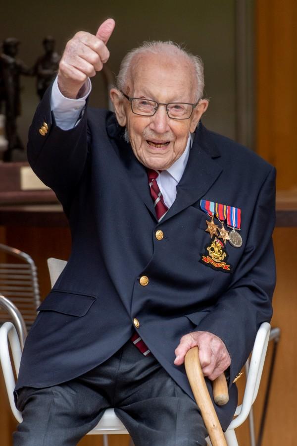 医療従事者支援で40億円集めたイギリスのキャプテン・トム 100歳誕生日に空軍が祝賀飛行