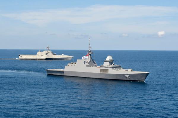 アメリカ海軍 中国が進出を強める南シナ海でシンガポール海軍と共同訓練