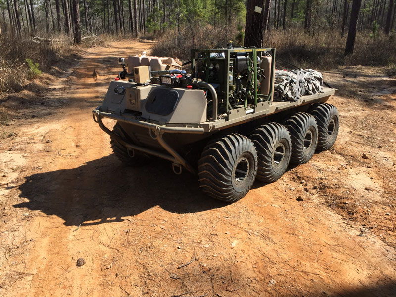 兵士の後をついてくる「個人装備運搬ロボット」イギリス陸軍が導入