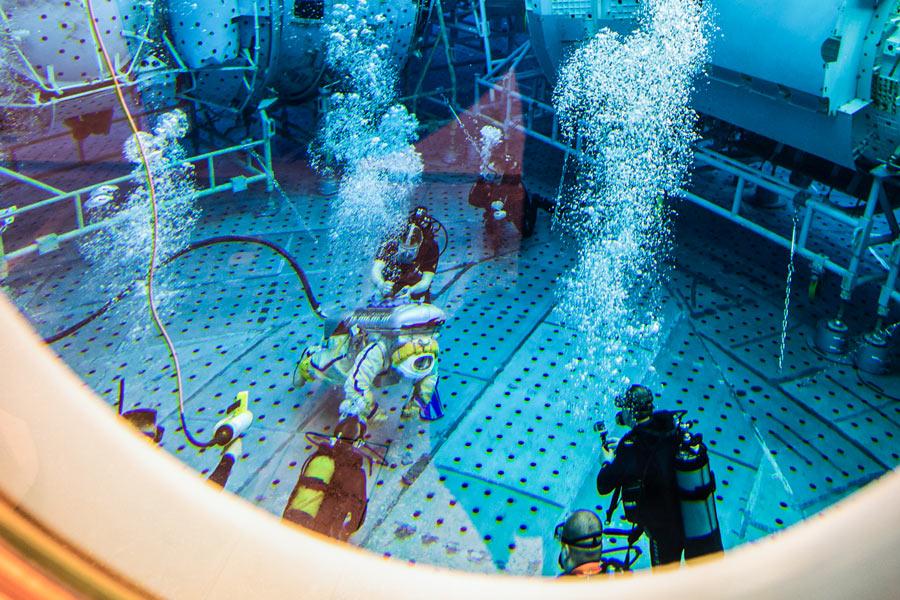 改修されたロシアの宇宙飛行士訓練プール 訓練に先立つ救難訓練を実施