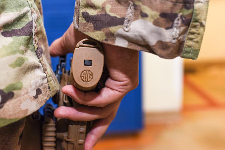 M18は大中小3つのグリップサイズがある(Image:USAF)