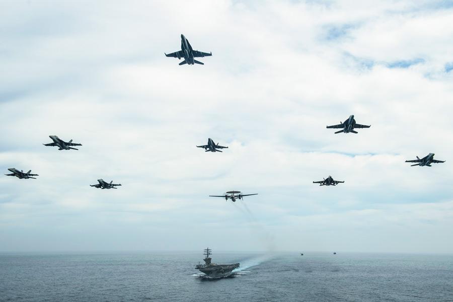 アメリカ海軍の2空母打撃群 日本南方の海域で共同訓練を実施