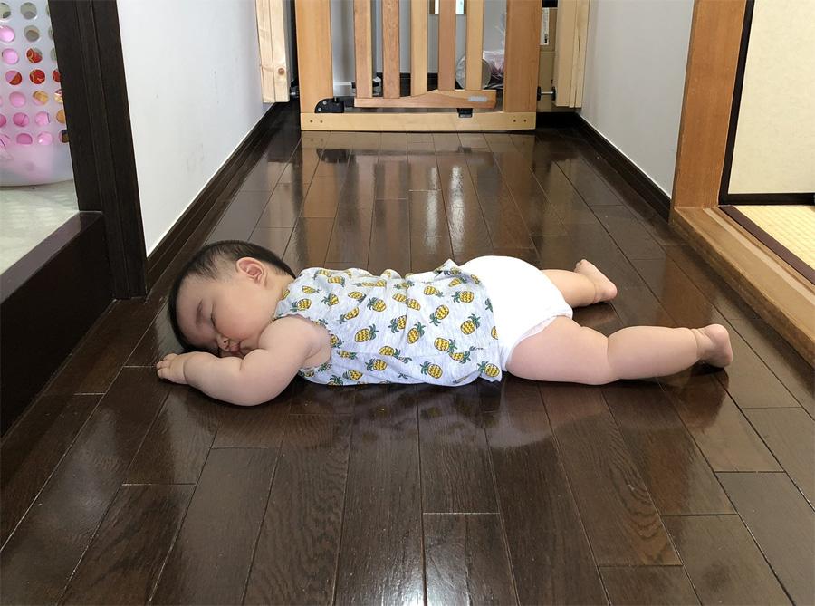 気が付けば行き倒れ……?廊下でスヤァな生後9か月児に「割とあるある」