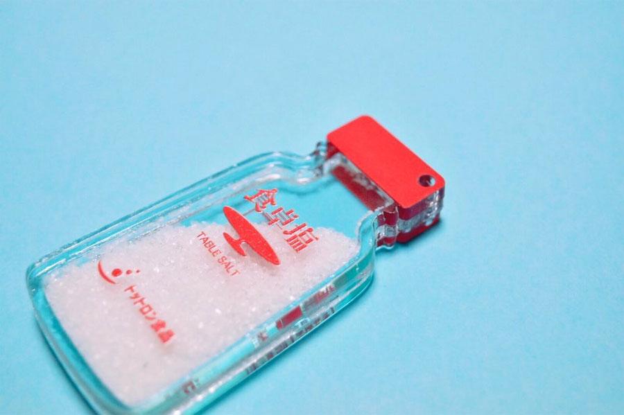 本物の塩? 食卓塩をパロディしたアクリルキーホルダーがすごい
