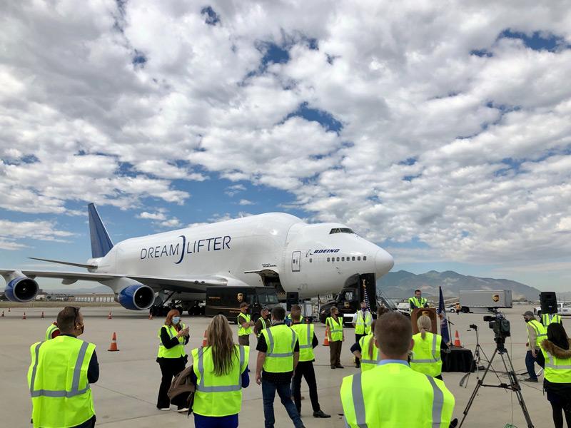 ボーイングの巨大輸送機ドリームリフター ユタ州の学校にマスク50万枚を空輸