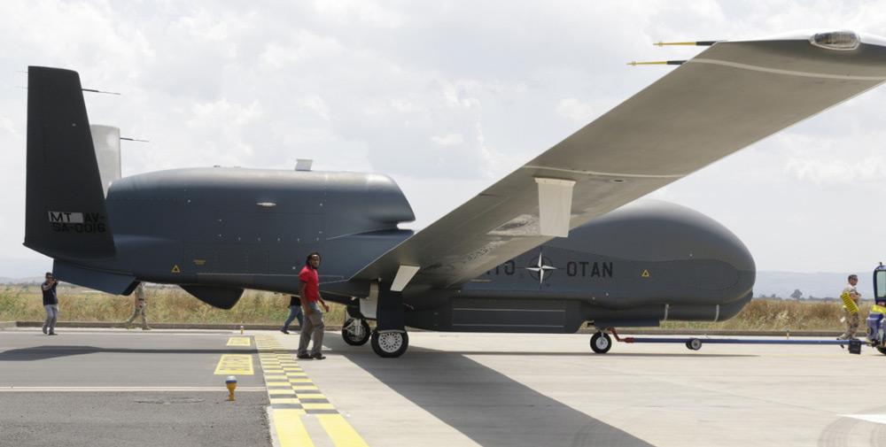 NATOの無人偵察機RQ-4D 3号機が運用基地へ到着