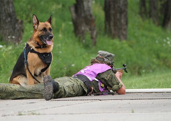 警備犬と兵士の共同競技「犬のバイアスロン」ロシアで始まる