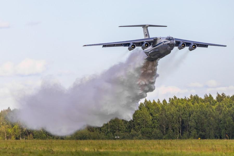 ロシア軍輸送機部隊 山林火災の空中消火訓練を実施