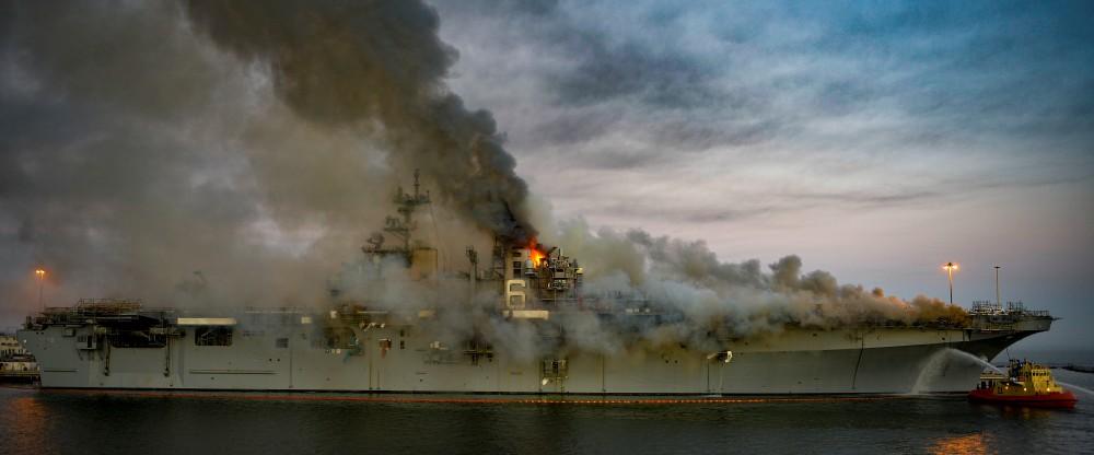 強襲揚陸艦ボノム・リシャール火災 丸4日燃え続け鎮火に近づく