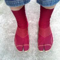 """日常生活に地下足袋を 足の悩みから""""脱靴""""をして…"""