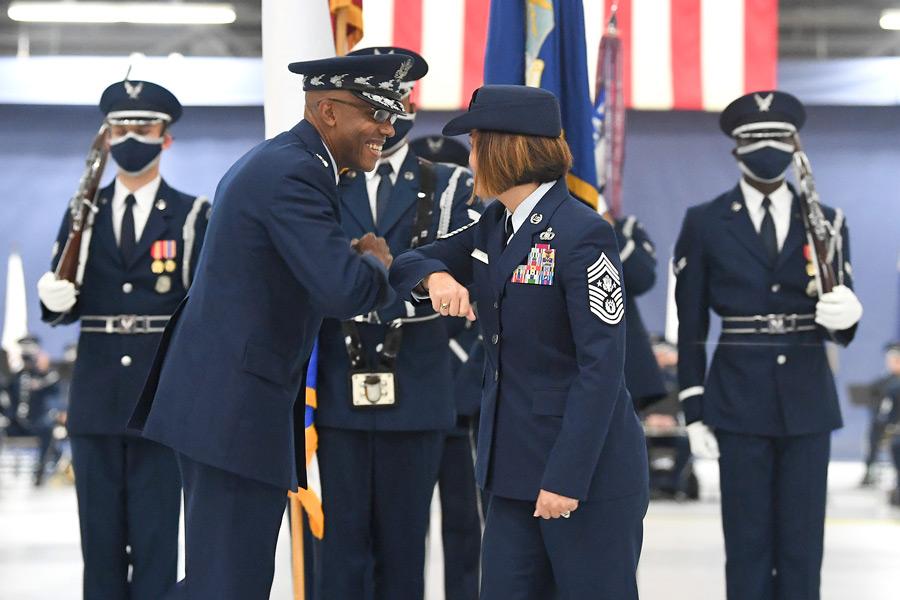 アメリカ空軍最先任上級曹長に初の女性が就任 アジア系アメリカ人としても初