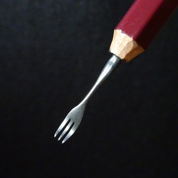 鉛筆の芯でフォークやスプーン!リアルなカトラリー彫刻に驚き