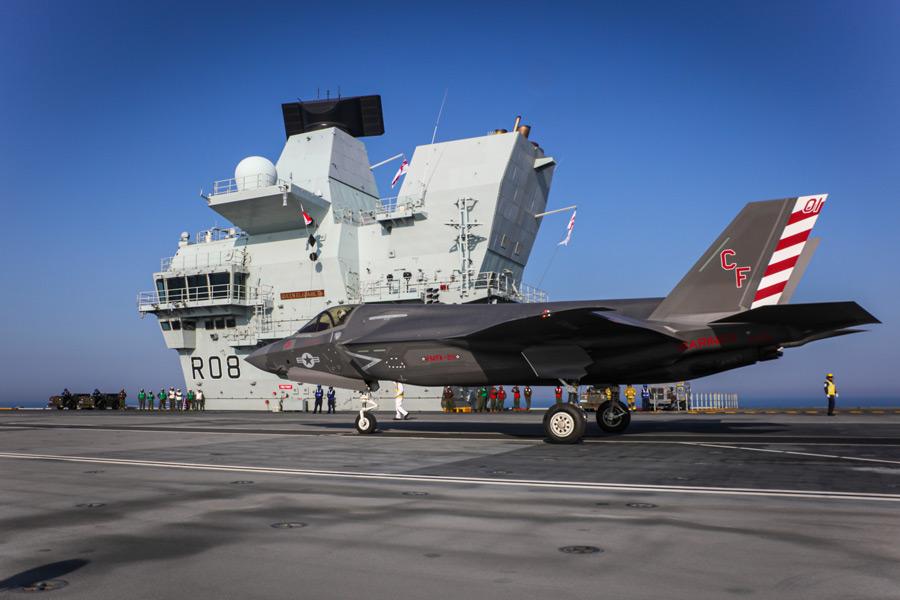 空母クイーン・エリザベス上のVMFA-211CAG機(Image:Crown Copyright)