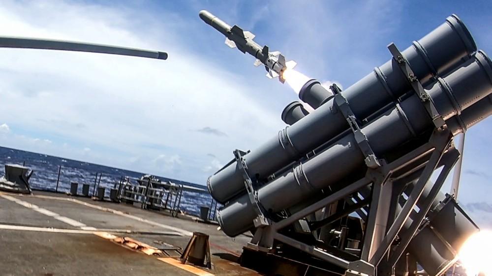アメリカ4軍共同訓練「バリアント・シールド」退役フリゲートの撃沈訓練