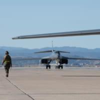 アメリカ空軍爆撃機と航空自衛隊戦闘機が共同訓練 依然月2回…