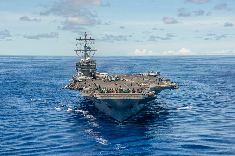 アメリカの空母ロナルド・レーガン 洋上で艦長交替式