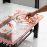 紅葉の錦が織りなす波紋 レジンでつくった「紅葉テーブル」が…