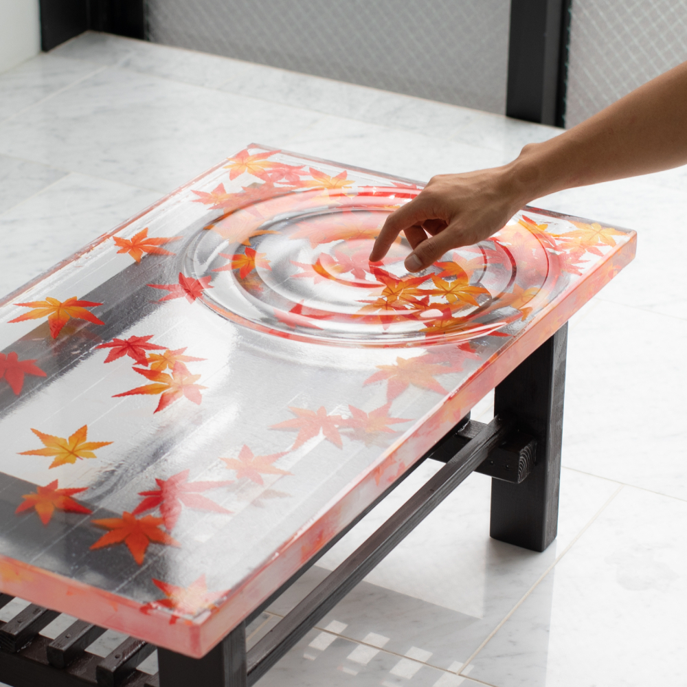 紅葉の錦が織りなす波紋 レジンでつくった「紅葉テーブル」が美しい