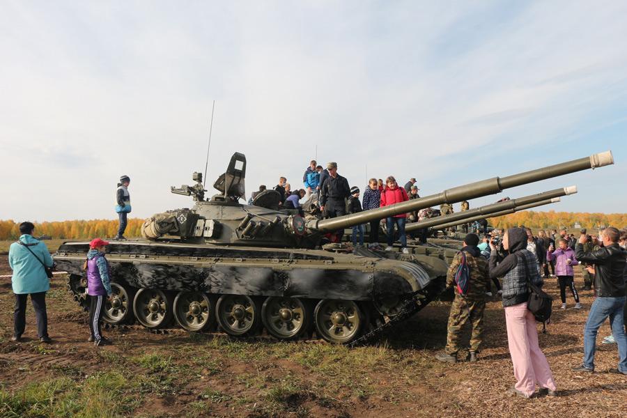 ロシアで一般公開イベント「ウラル戦車フェスティバル」開催 約5000人が来場