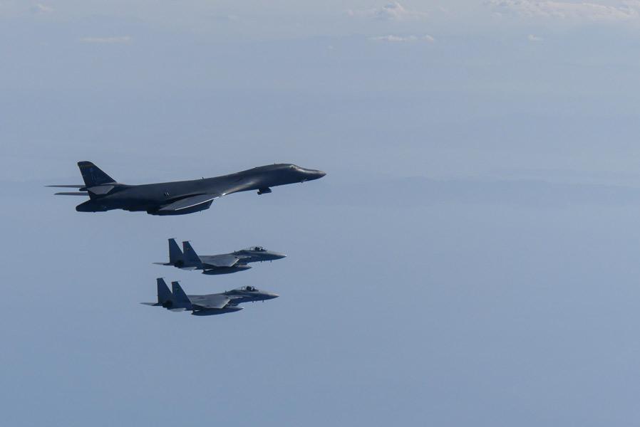 航空自衛隊戦闘機 アメリカ空軍爆撃機と共同訓練