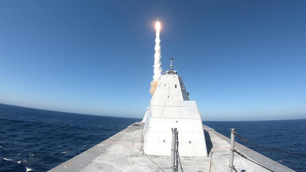 アメリカ駆逐艦ズムウォルト 新型発射システムでSM-2ミサイルを初発射