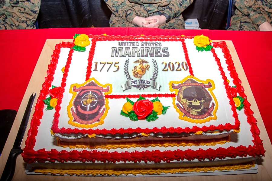 アメリカ海兵隊245回目の誕生日 恒例のケーキとマラソン