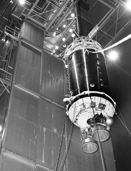1960年代のロケット?宇宙を旅してふたたび地球に接近