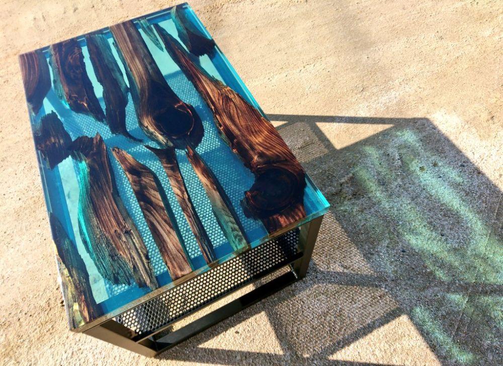 神代杉を用いたレジンテーブル 神秘性あふれる作品に引き込まれる