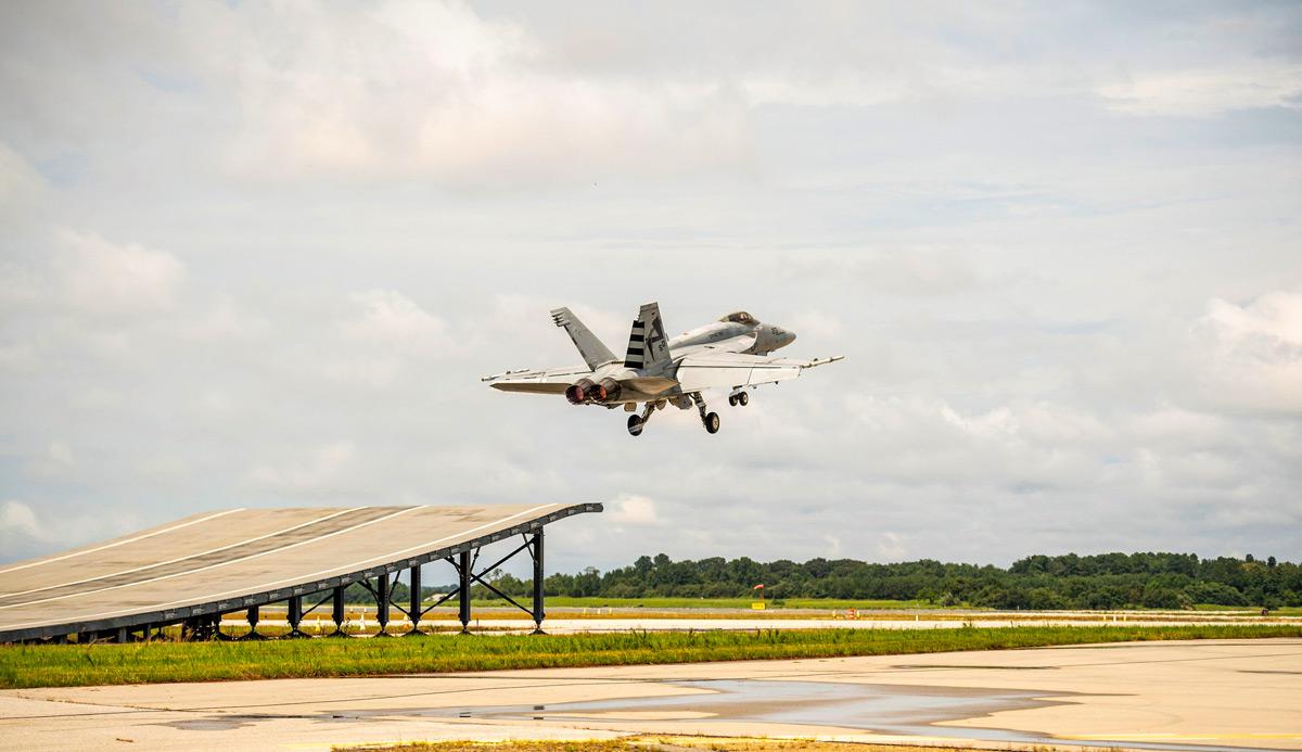 F/A-18がスキージャンプ勾配での短距離離陸に成功 インド空母用に売り込み図る