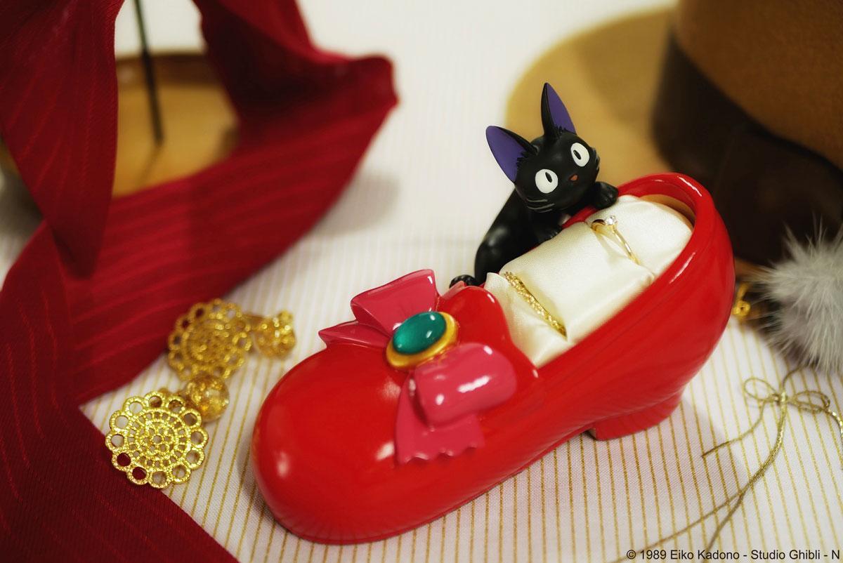「魔女の宅急便」でキキが憧れた赤い靴がリングスタンドに