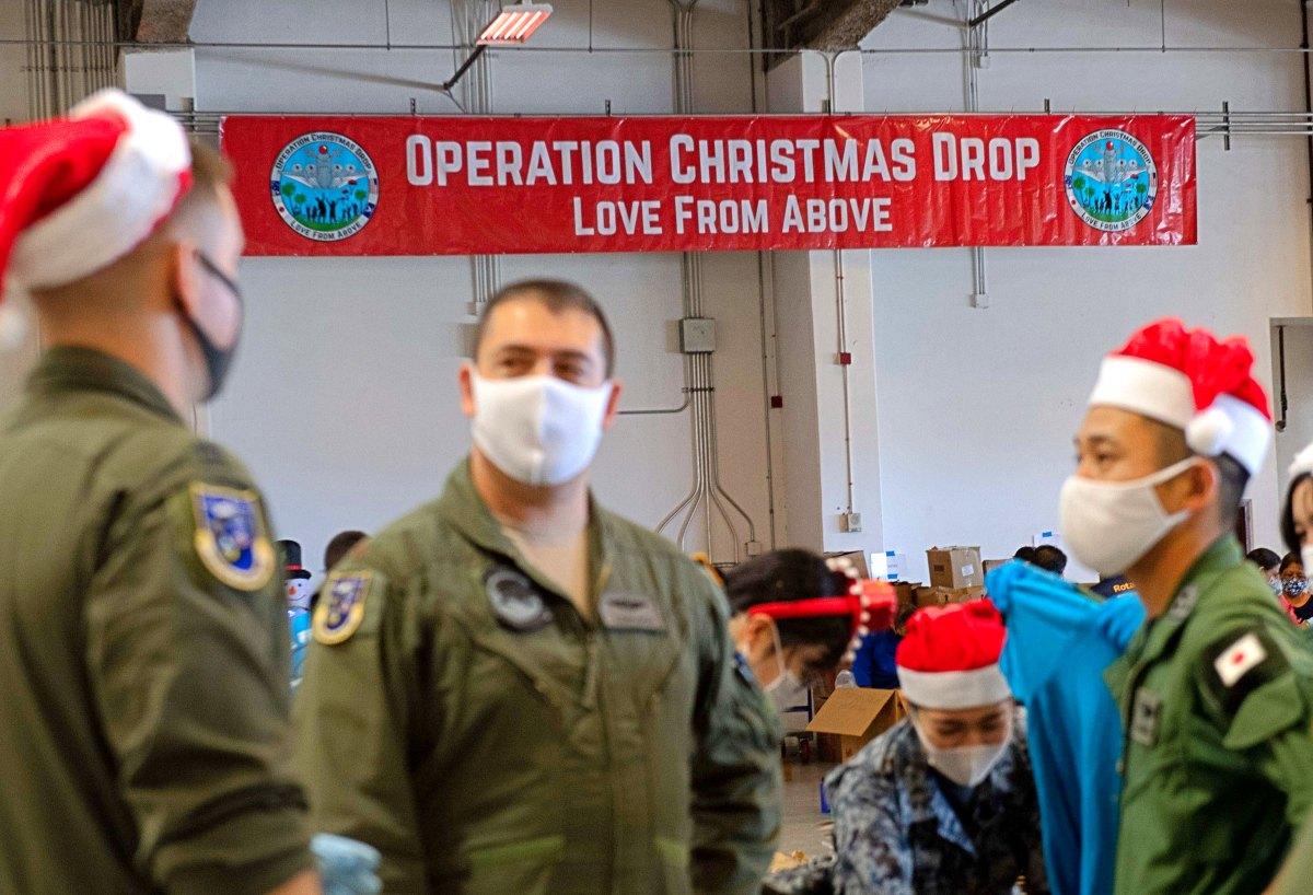 航空自衛隊もプレゼントを投下 恒例の「クリスマス・ドロップ作戦」始まる