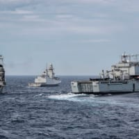 イタリア海軍ジュゼッペ・ガリバルディ イギリス海軍揚陸艦と共…