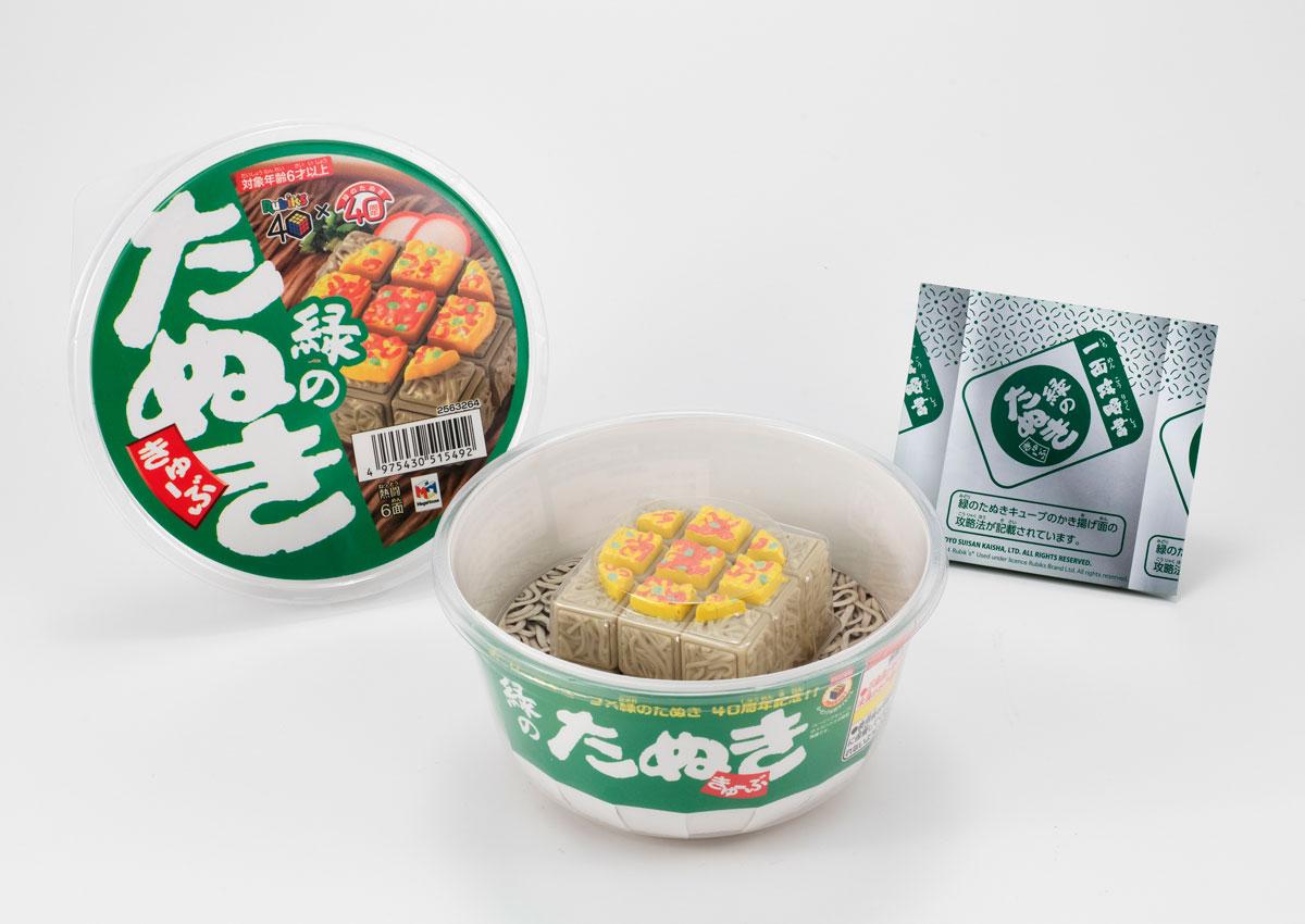 難易度高めな「緑のたぬききゅーぶ」発売 天ぷらがのった麺の面を揃えるルービックキューブ