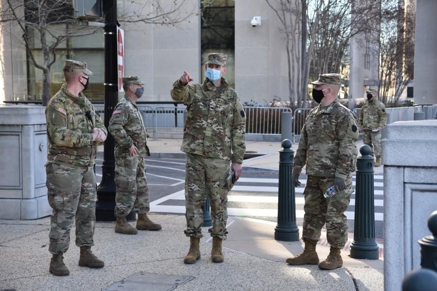 兵士に警備の指示を出すアメリカ陸軍第56ストライカー大隊戦闘団司令官のジョン・ファー大佐(Image:U.S. Air National Guard)