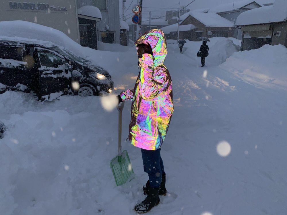 これを着込めばマルっと解決 「オーロラリフレクターパーカー」は雪模様でも光を差し込める