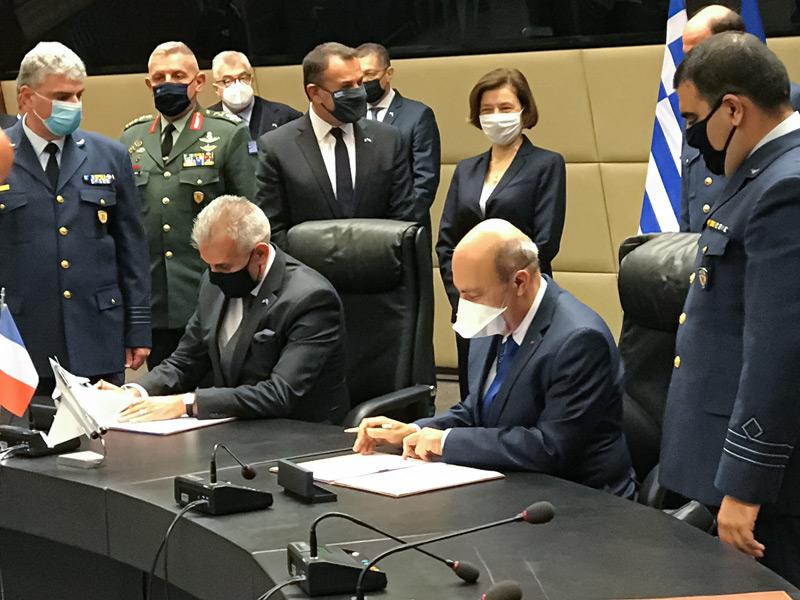 発注契約書に署名するギリシャのラギオス装備調達局長(奥)とダッソー・アビアシオンのトラピエCEO(Image:ダッソー・アビアシオン)