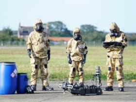 化学物質検知ロボット「マーリン」とイギリス空軍連隊の兵士(Image:Dstl)