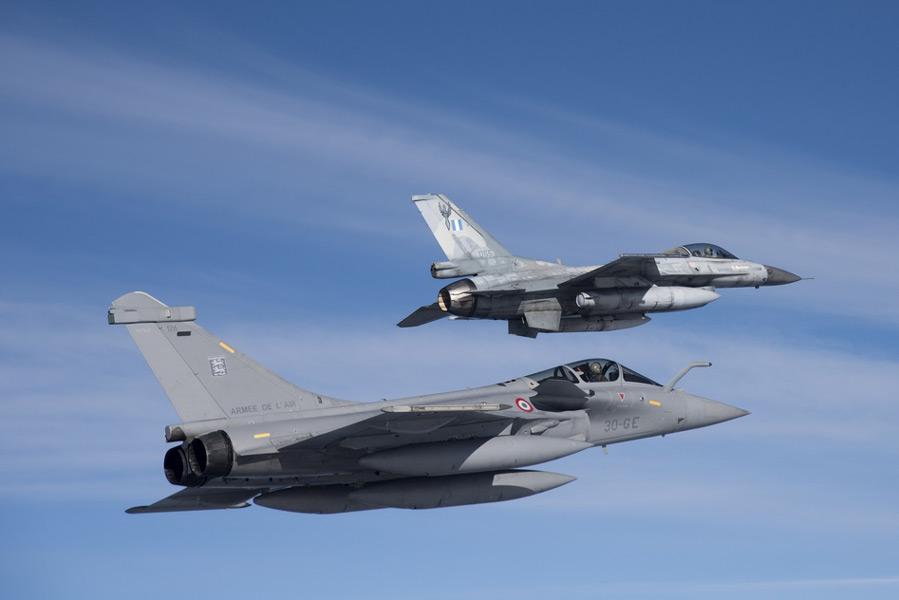 共同訓練でのギリシャ空軍F-16とフランス空軍ラファール(Image:ギリシャ空軍)