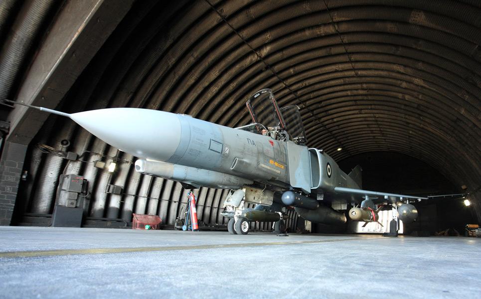 有蓋掩体内のギリシャ空軍F-4E(Image:ギリシャ空軍)
