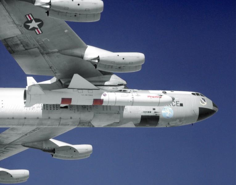 B-52に装着されたペガサスロケット(Image:NASA)
