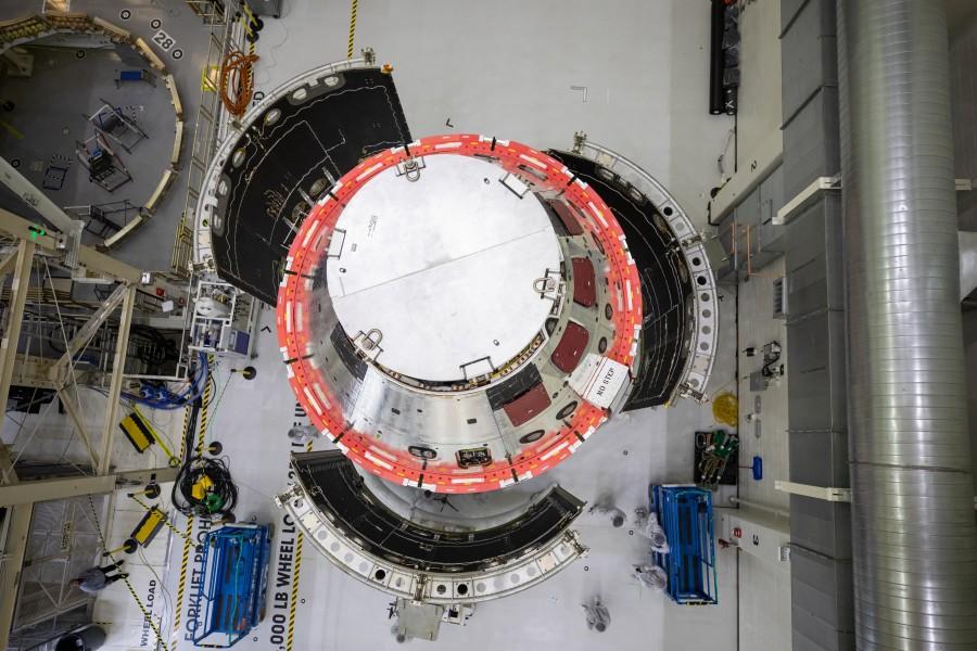 フェアリングの装着(Image:NASA)